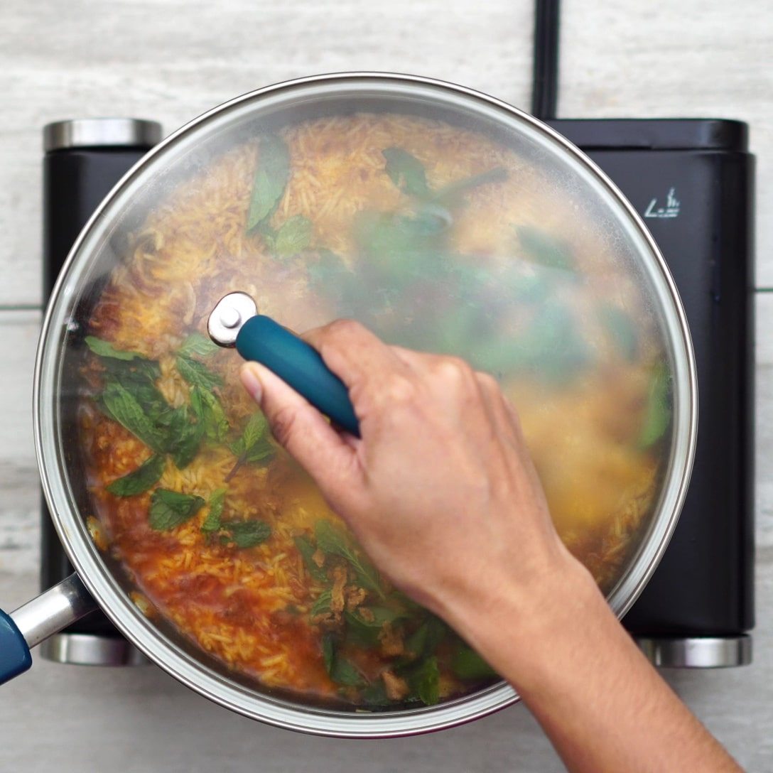 closing the pan and cooking