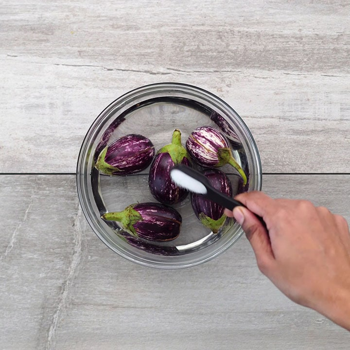 Soaking brinjal in water with salt