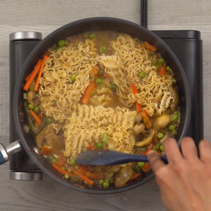Mixing the maggi noodle with vegetables