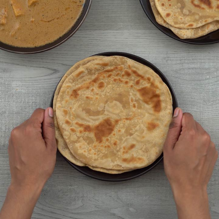 Serving indian flatbread roti/chapati/phulka