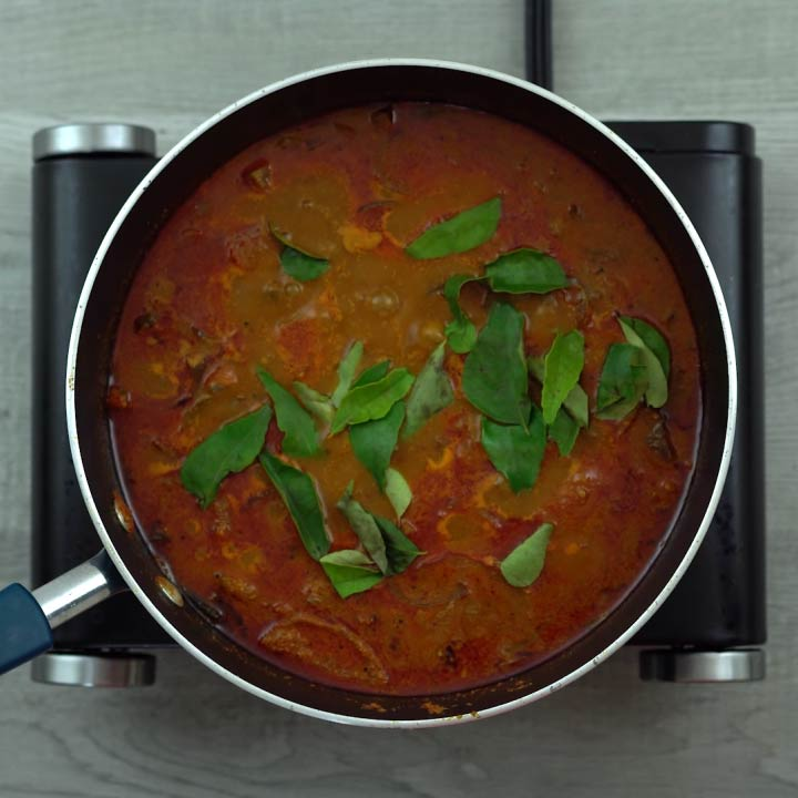 kadala curry garnished with curry leaves